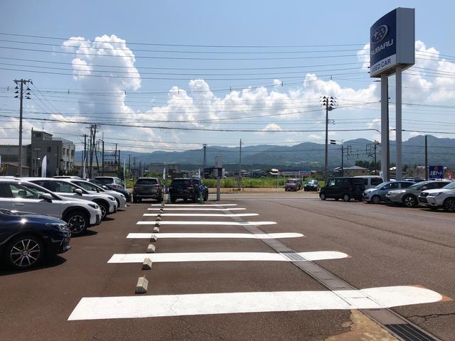 目印のスバルの大きな看板と入口すぐに広い駐車場!ゆっくり展示車をご覧になれます。
