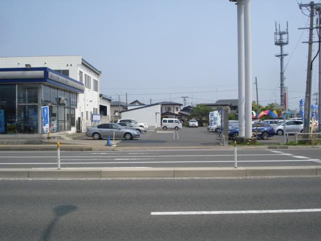 八戸類家交差点から向かって頂いて左側に立地しております。