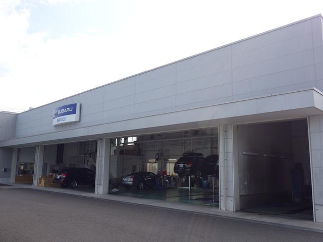 リフト5基・車検ラインを備えたサービス工場も併設しております。