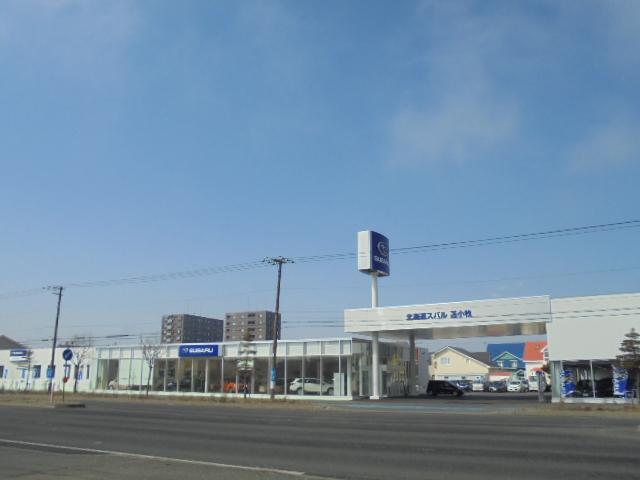 当店は新車ショールームと整備工場の3チーム合体型の店舗になります。商談も納車後も楽チン安心店舗です。