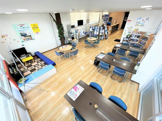 ゆったりとした待合室。サービス対応や、商談用にご利用頂ける他、雑誌やお飲み物などご用意しております