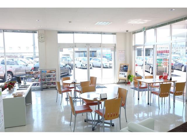明るい店内に明るいスタッフがご来店をお待ちしております。