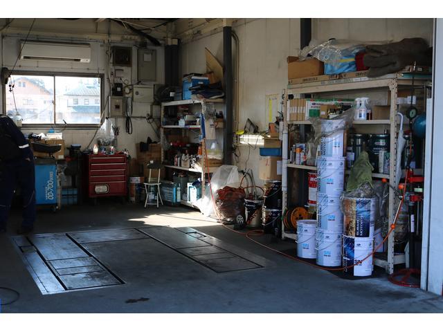 中古車店では珍しい工場併設のお店です。点検整備・部品取付・オーディオナビ等何なりとご相談を。