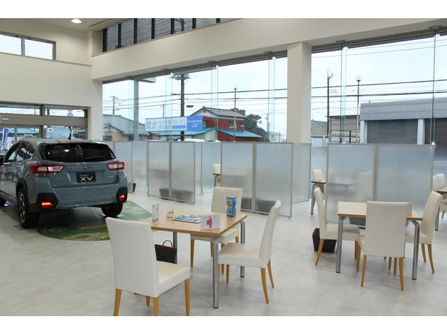 ショールーム内には新車も展示しております。スバルカフェにはドリンクバーを完備しております。