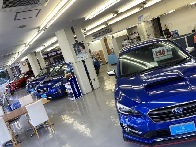 大きなショールム!常時50台ほどの認定中古車を展示中です!上質なお車をご案内いたします!