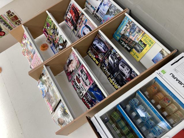 白を基調とした明るい内装のショールームです。商談コーナーもあり、ゆったりとお車選びが出来ます。