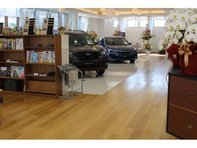 新車店舗も併設。新車との比較もしやすくなっています。サービス工場も完備しております。