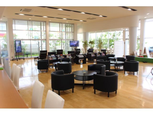 新車店舗と共有の清潔感があり、ゆったりとした商談・くつろぎスペース、キッズコーナー、バリアフリー。