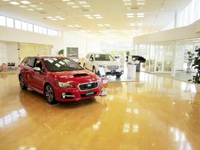 ショールームには常時多数の展示車を取り揃えております、ゆっくりと最新のお車をご堪能下さい。