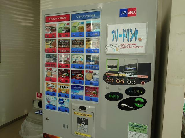 店内設置の自動販売機は、フリードリンクとなっております。ホッと一息、おくつろぎ下さい(o≧▽≦)ゝ