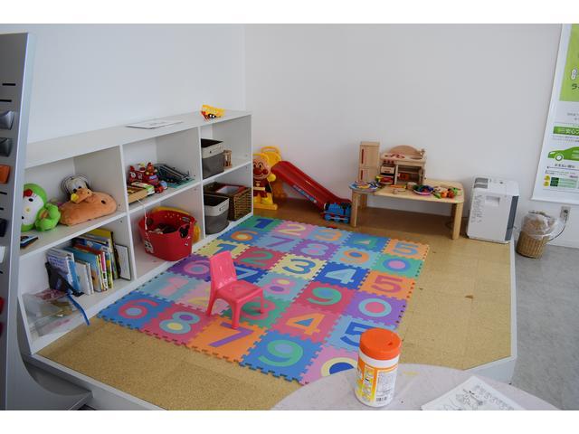 毎月おもちゃが変わるキッズルームを完備 お子様も喜んでご来店されます、隣接で授乳室も御座います。