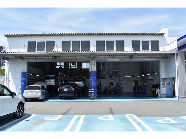 併設するスバルサービスピットです。民間車検工場なので、迅速に・点検・部品交換を行ないます。