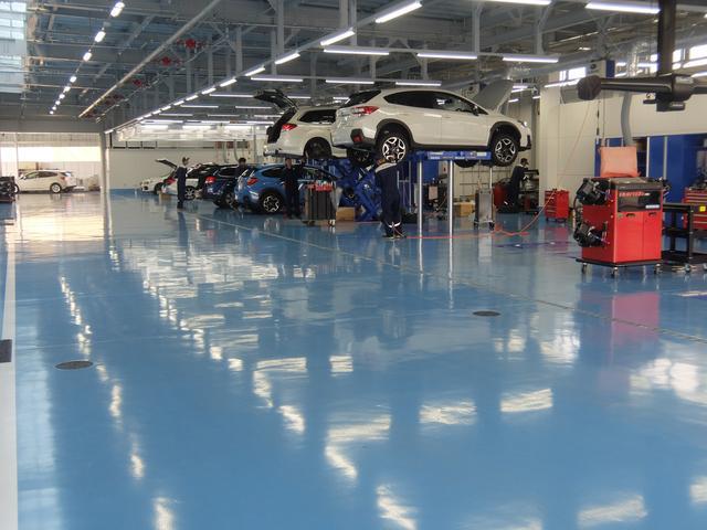 中四国最大級の11ピットが完備されたサービス工場。CAFESPACEから作業風景をご覧いただけます。